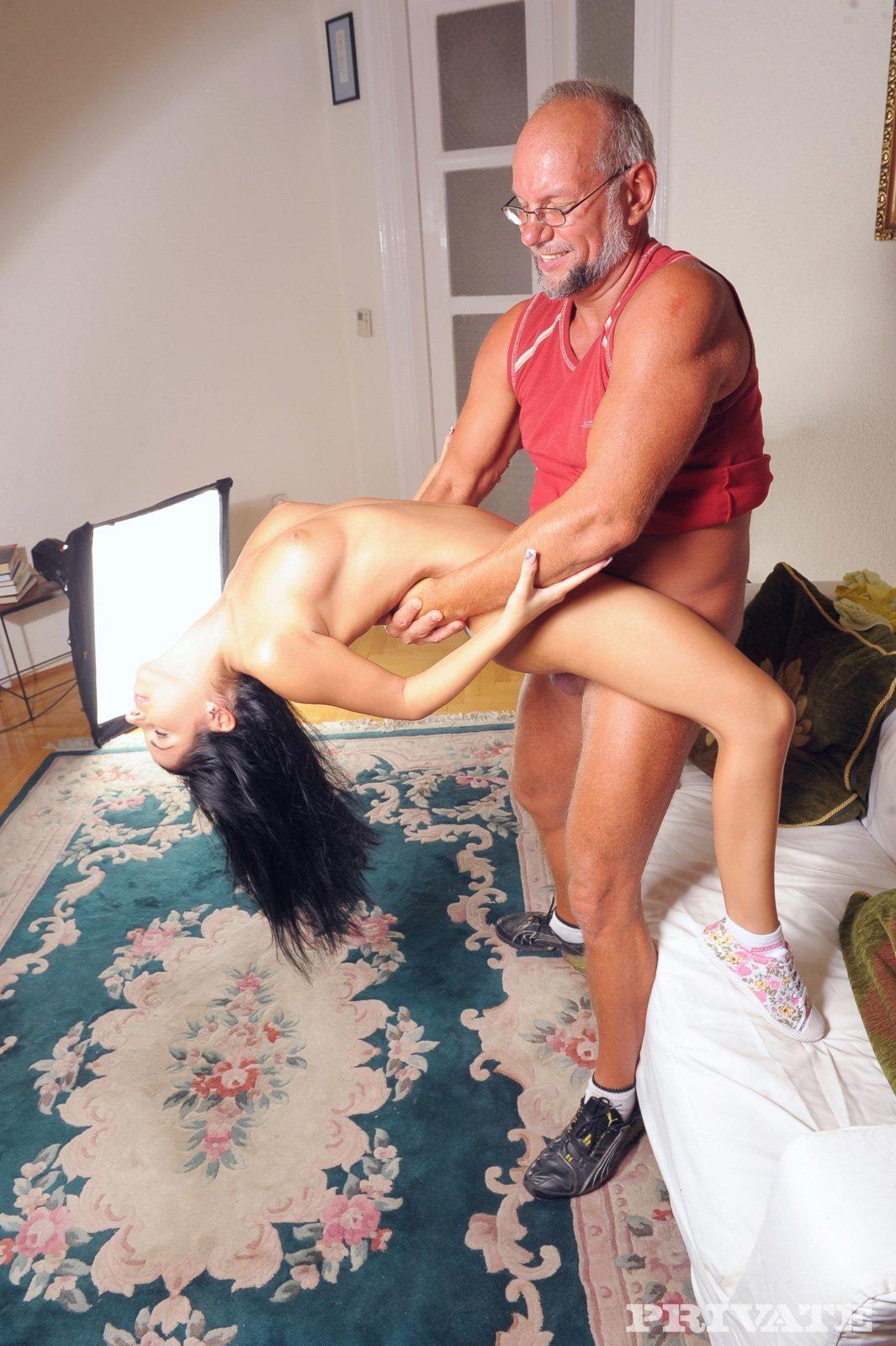 Секс в анус закончился семяизвержение на лицо молодые сучки в исполнении старика
