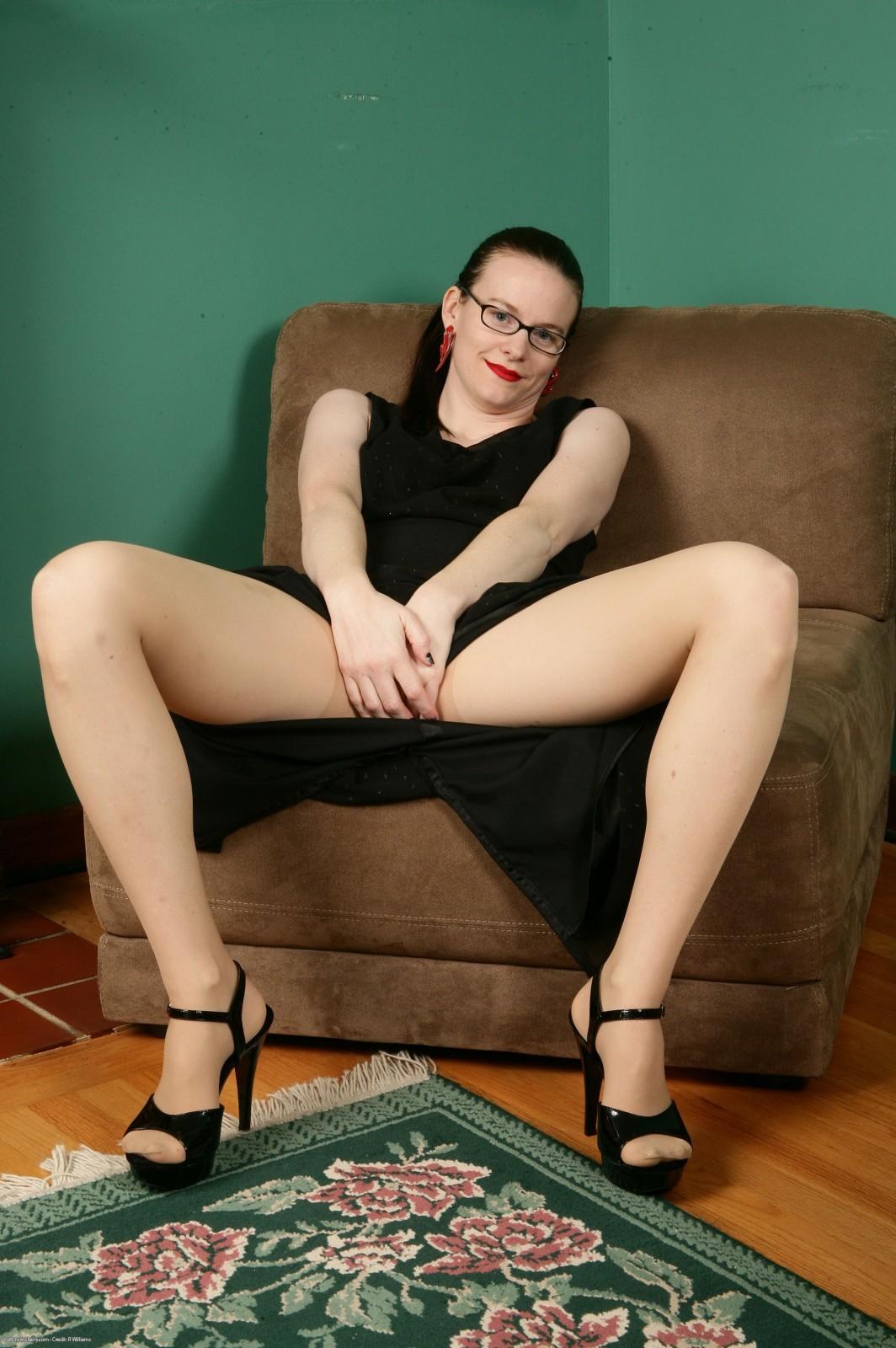 Представительница слабого пола в очках обнажила волосатое влагалище и чистый анус