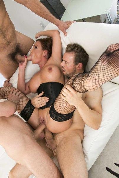 Любовницы согласились на интим с группой парней