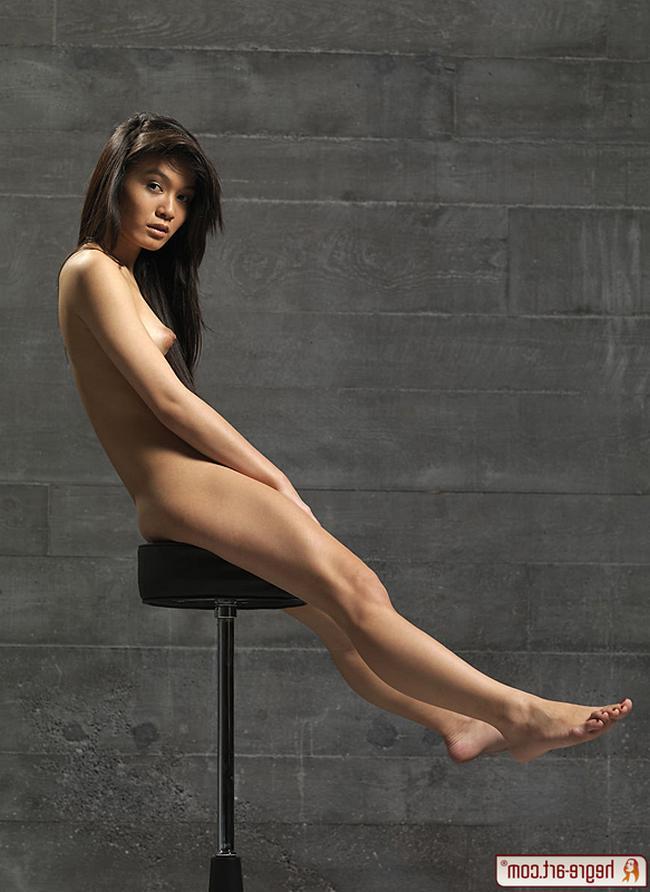 Тайка на стуле показывает свое туловище во всей красе фото порно