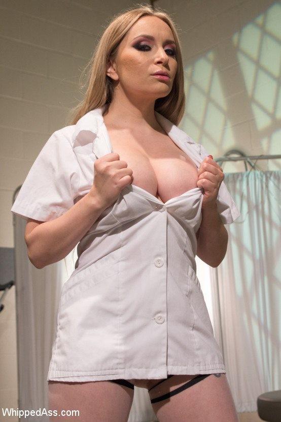Темная азиаточка позволяет своей сисястой подружке связать ее и трахнуть на операционном столике