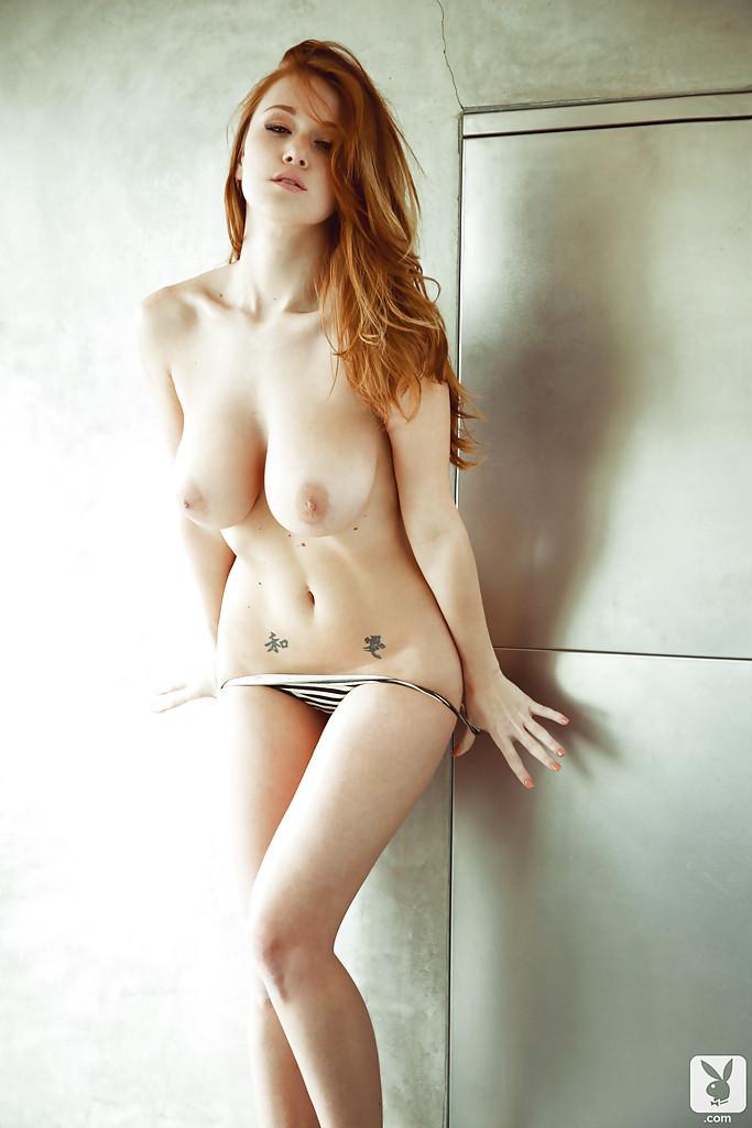 Рыженькая барышня Leanna Decker снимает полосатое белье и подмывается в ванной