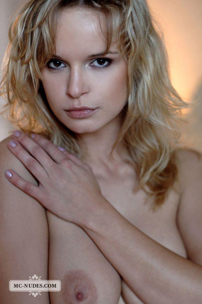 Пришло время титькастой блондиночке Renata Daninsky сфотографировать свои дыньки