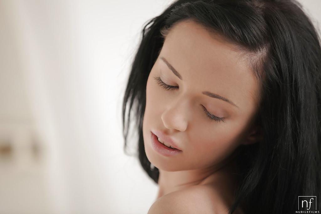 Чешская красотка Gina Devine массирует себя между ножек