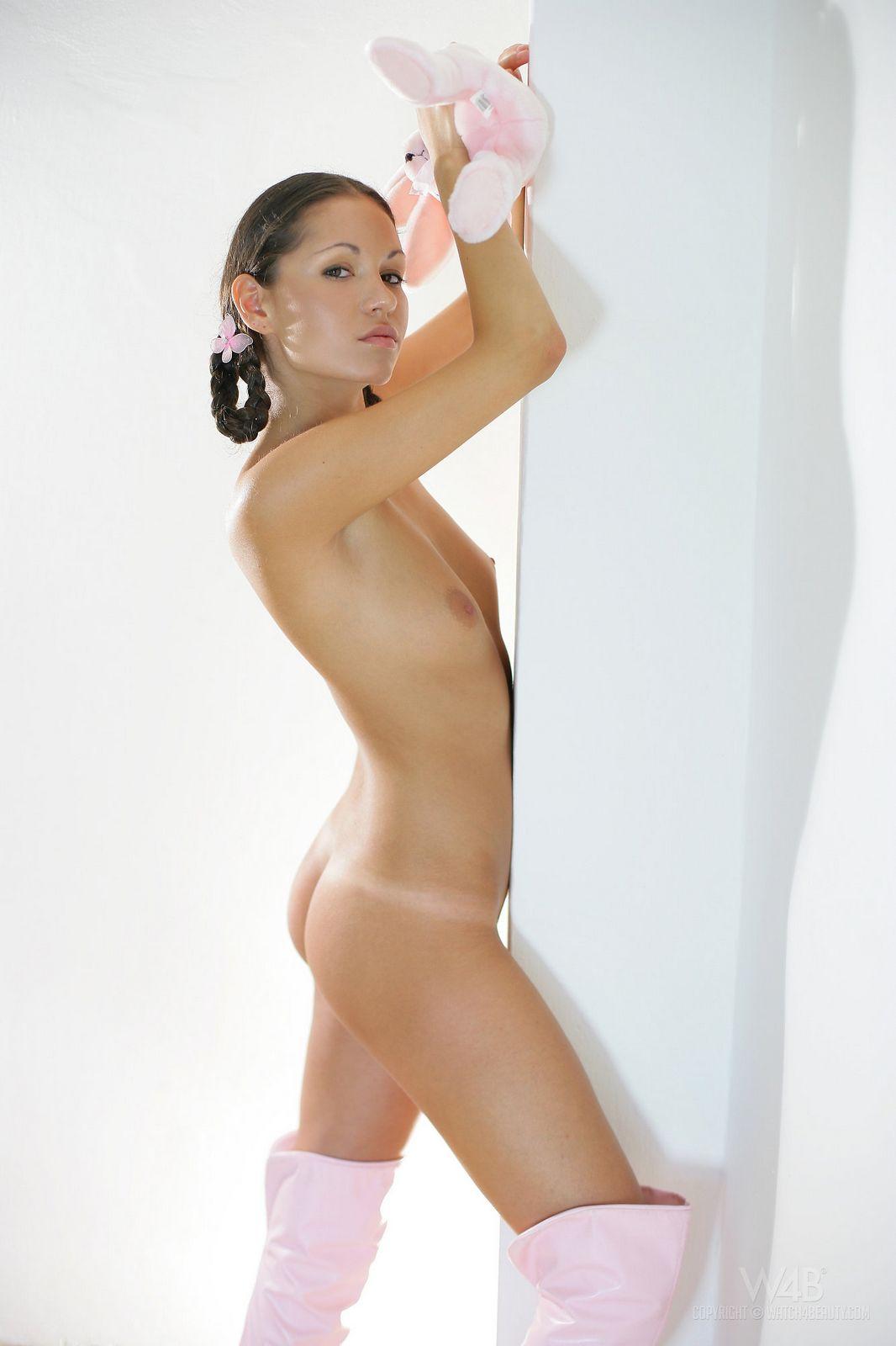 В этой галерее брюнеточка с хвостиками Erika Nasticka одета только в розовые сапожки