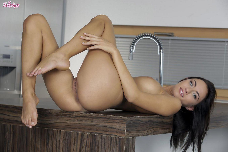 Обнаженная русая порноактрисса Michaela Isizzu дурачится и массирует выбритую вульву