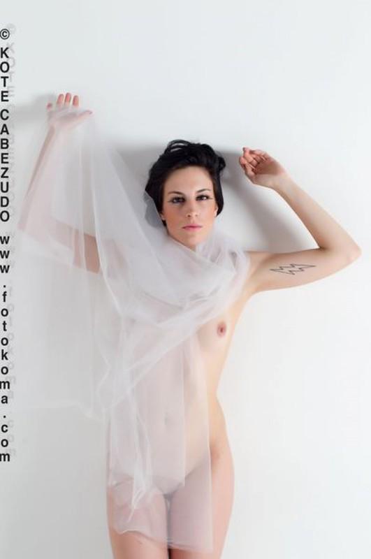 Современная гейша примерила прозрачный шарф в фотостудии