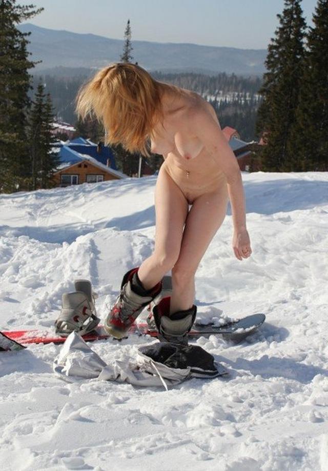 Стоит нагая посреди снежной трасы