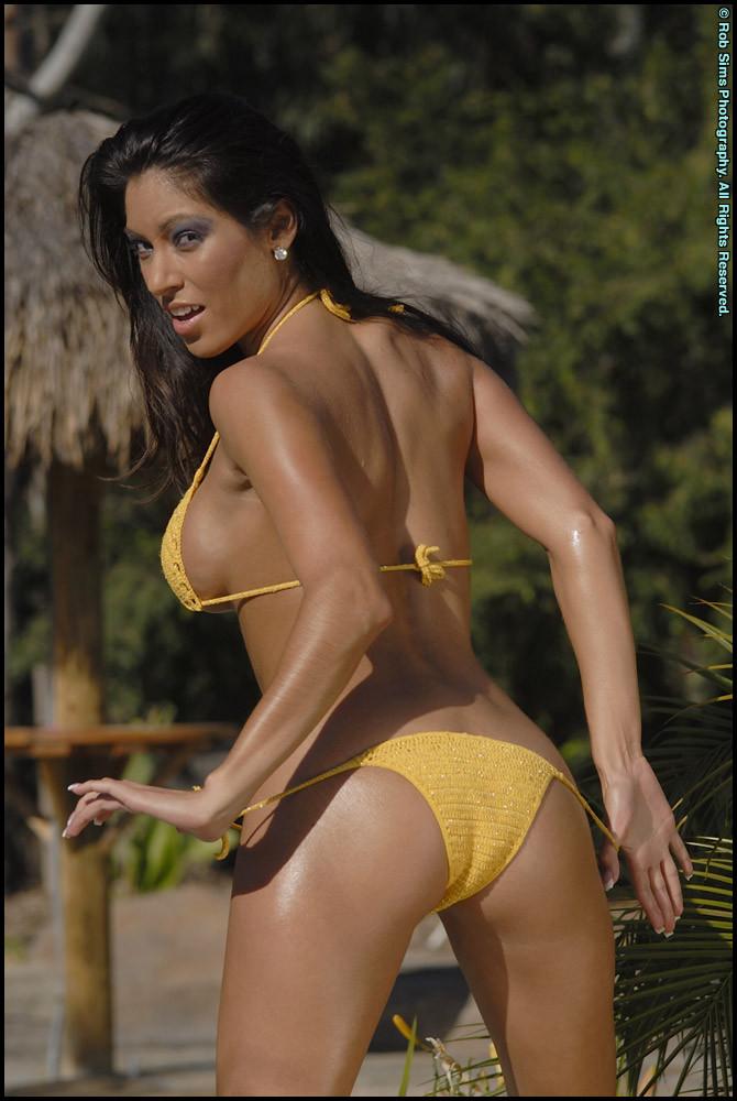 Дойки в желтом купальнике