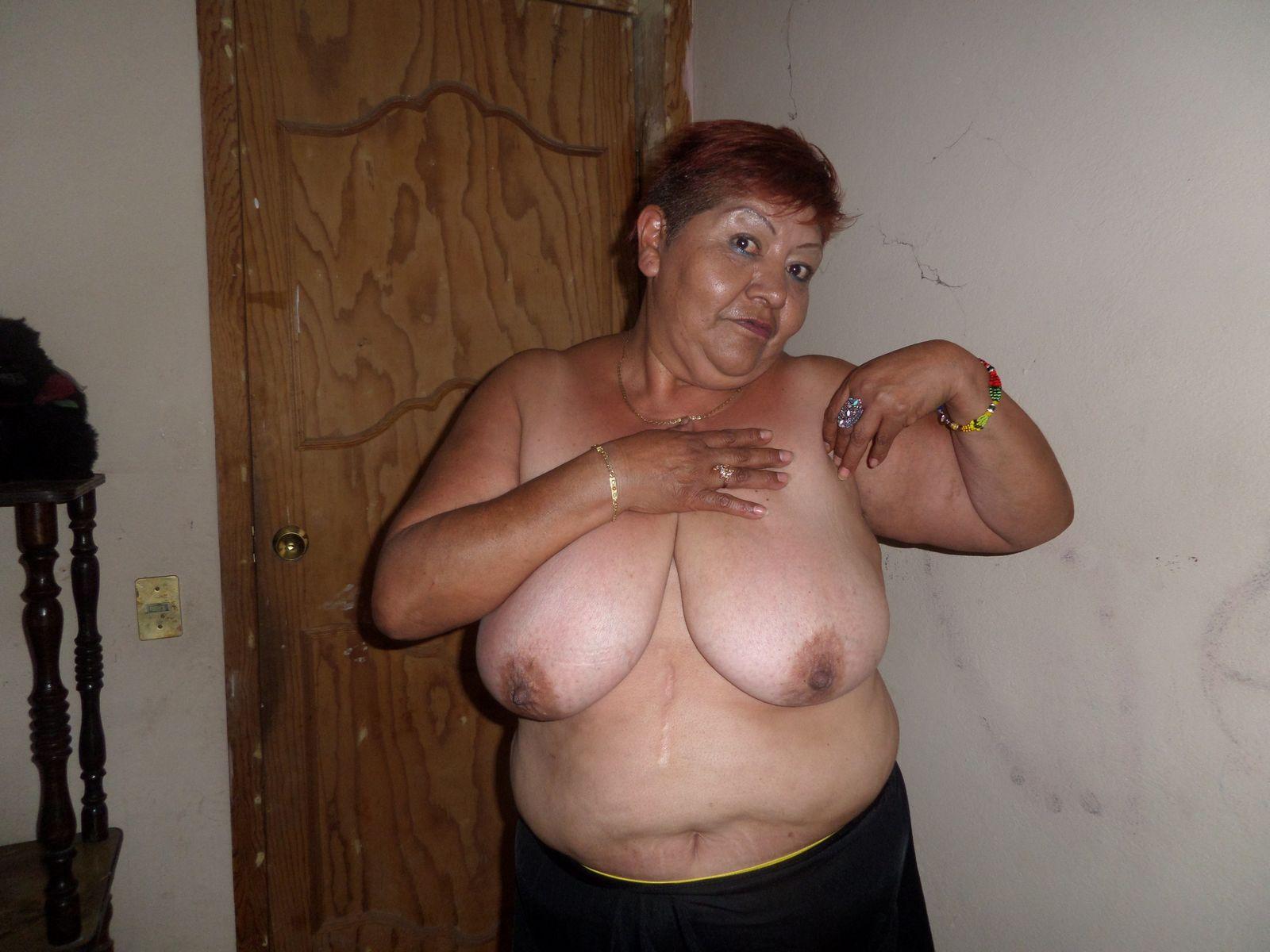 Взрослая жирная мексиканка показывает дойки