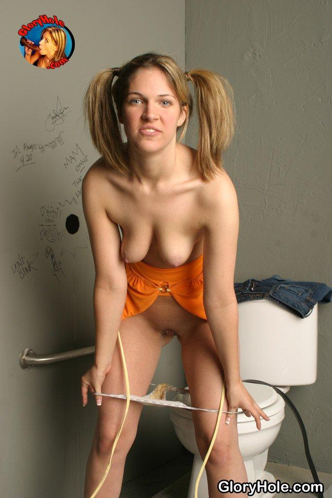 Членососка с косичками Renee Jordan занимается межрассовым совокуплением через дырку в стене в общественном туалете