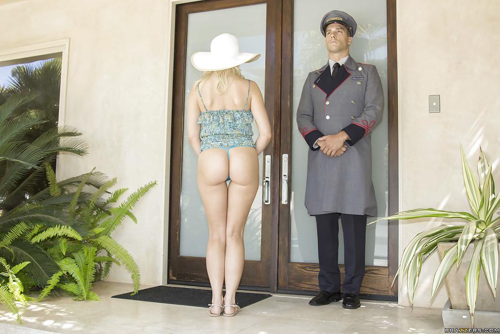 Дворецкий вошел в дом к богатой блондиночке и выеб её на ковре