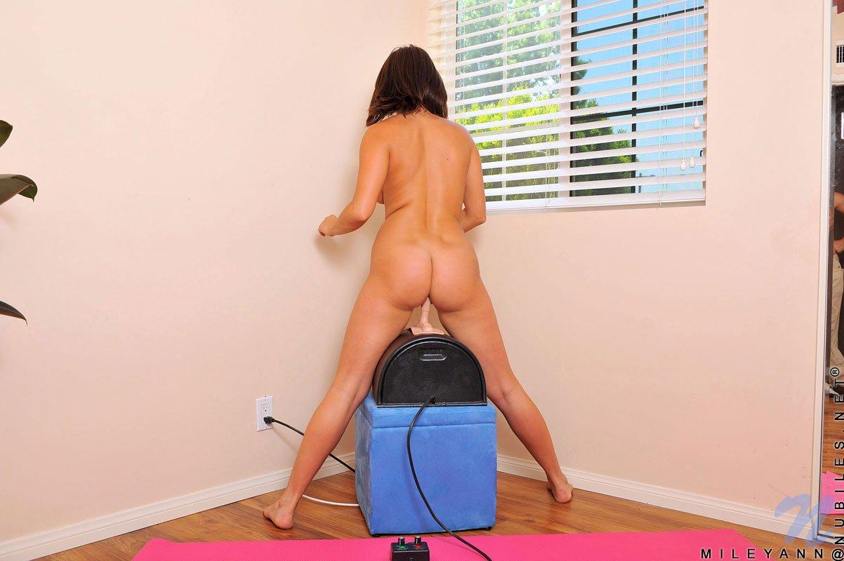 Непослушная молодая Майли Энн показывает крупно свой секель пока прыгает на дилдо