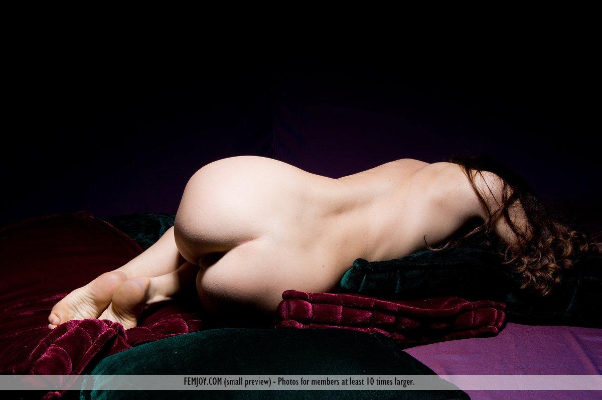 Зрелая темноволосая секс-бомба Edessa Femjoy принимает порочные позы в шикарной возбуждающей фотосессии