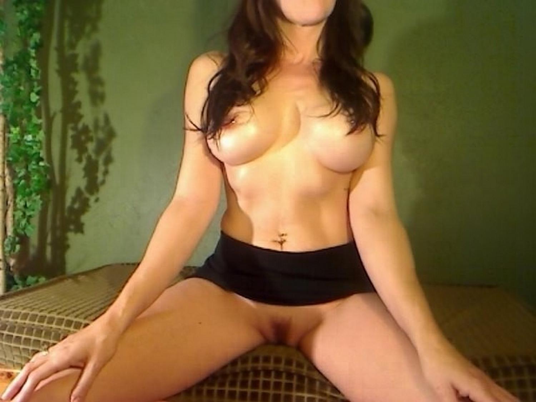 Большегрудая русая порноактрисса разделась догола для занятия йогой
