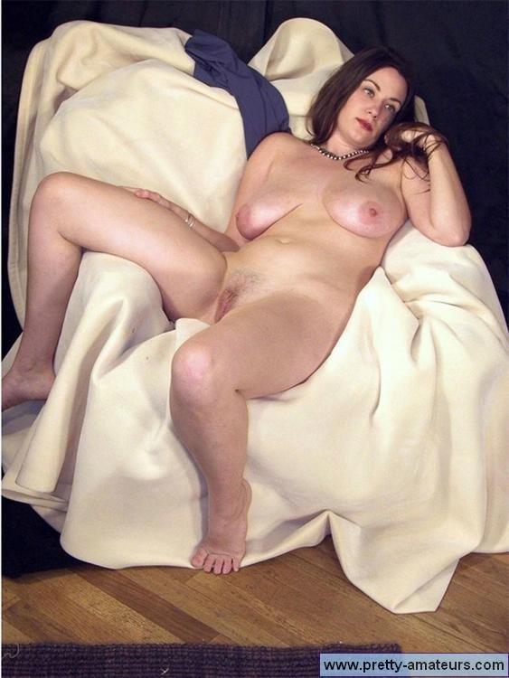Соло обнаженной полной дамочки с дойками