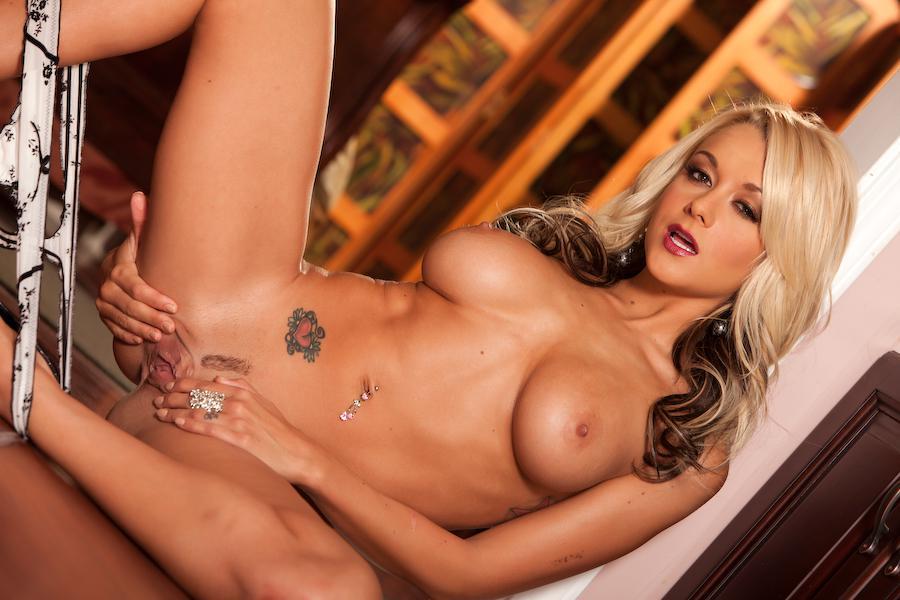 Сиськастая светлая порноактриса Brandy Blair в светлом нижнем белье в этой эротической сессии