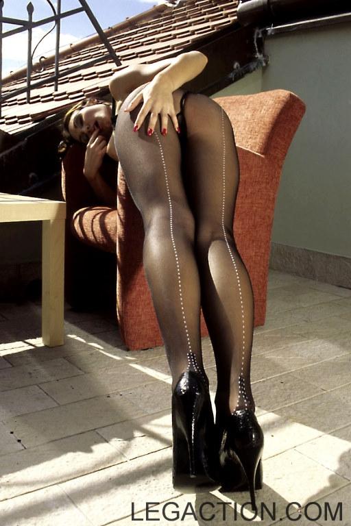 Jennifer Max с хорошими длинными ножками и округлой попой снимает с себя черные колготки