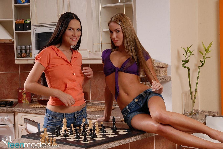 Сексуальная деваха с крохотными сисяндрами и лысой пиздой Zuzana P снимает свои шортики