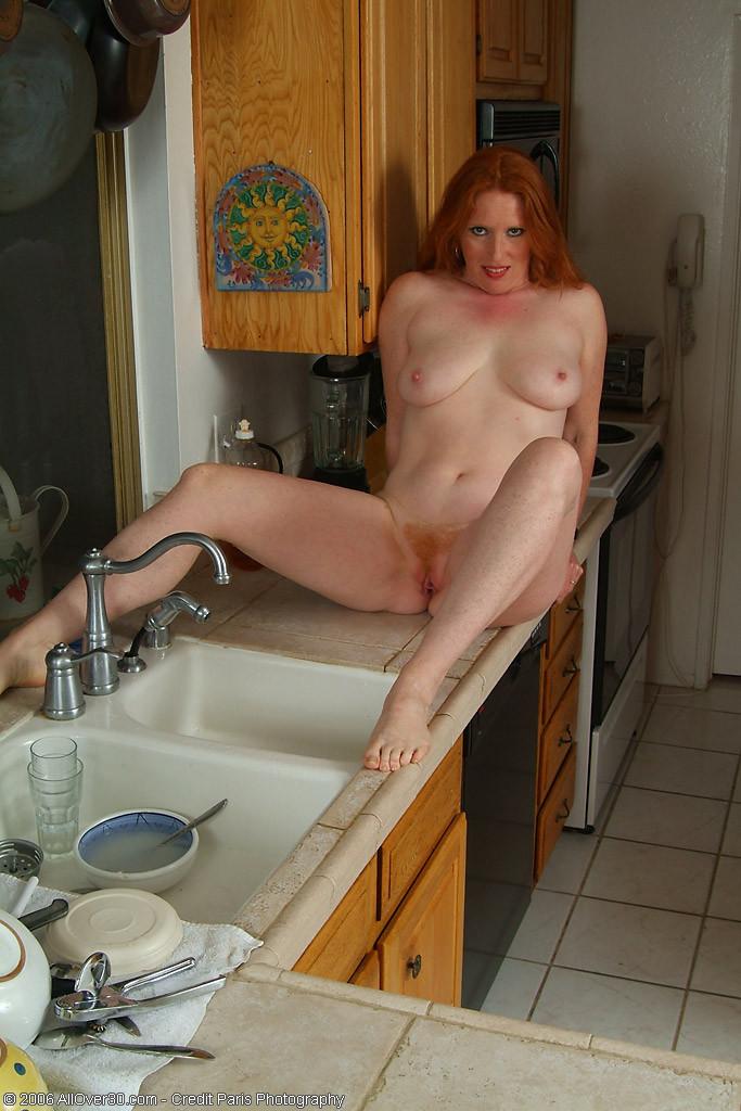 Прислуга продемонтстрировала волосы на влагалище рыжего цвета